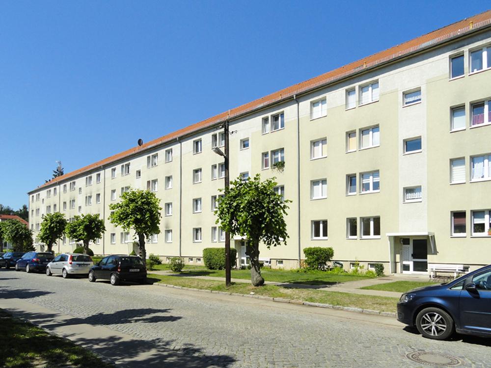 """Fassade der Wohnanlage Friedrich-Ebert-Straße 100-104 a der WBG """"Aufbau"""" Strausberg"""