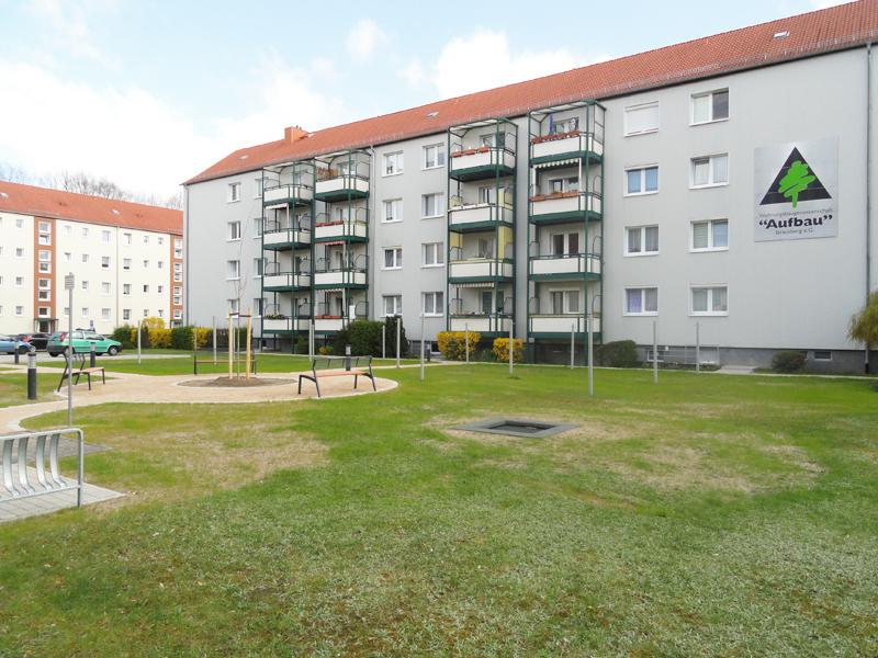 """Neugestalteter Innenhof der Gustav-Kurtze-Promenade der WBG """"Aufbau"""" Strausberg eG"""