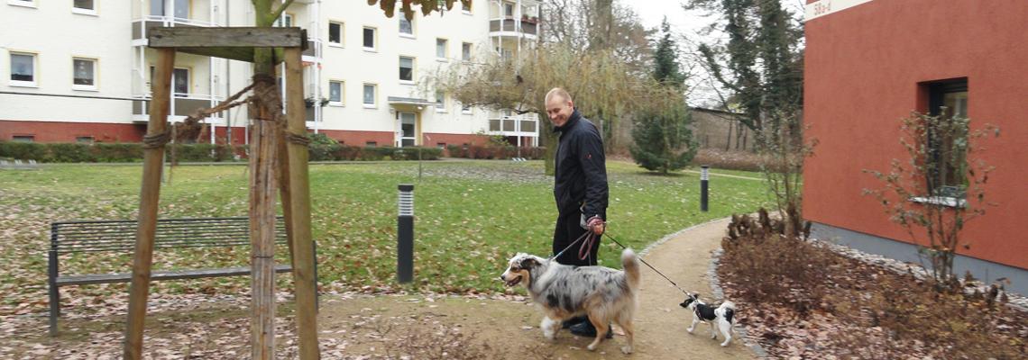 """Ein Mieter mit seinen Hunden im Wohngebiet der WBG """"Aufbau"""" Strausberg"""