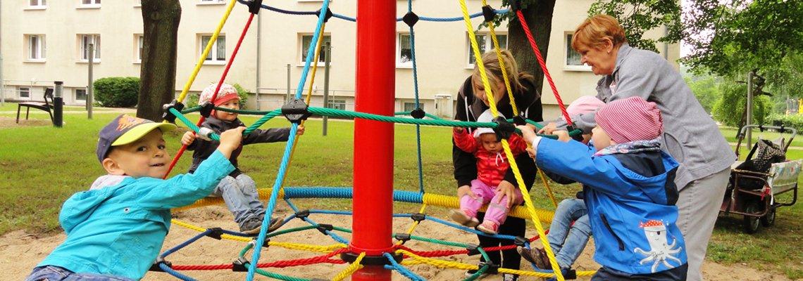 Spielende Kinder am Klettergerüst auf einem Kinderspielplatz der WBG