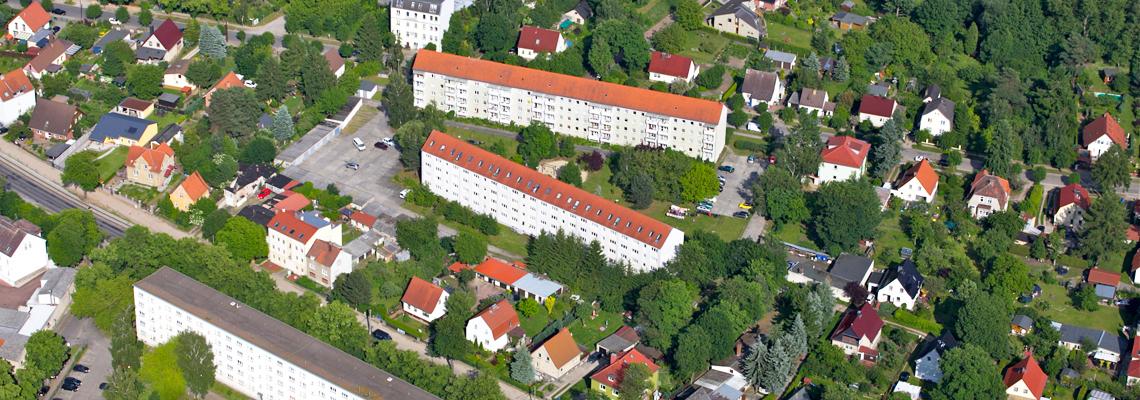 """Luftaufnahme vom Wohngebiet """"Friedrich-Ebert-Straße 100-104 a"""" der WBG """"Aufbau Strausberg"""