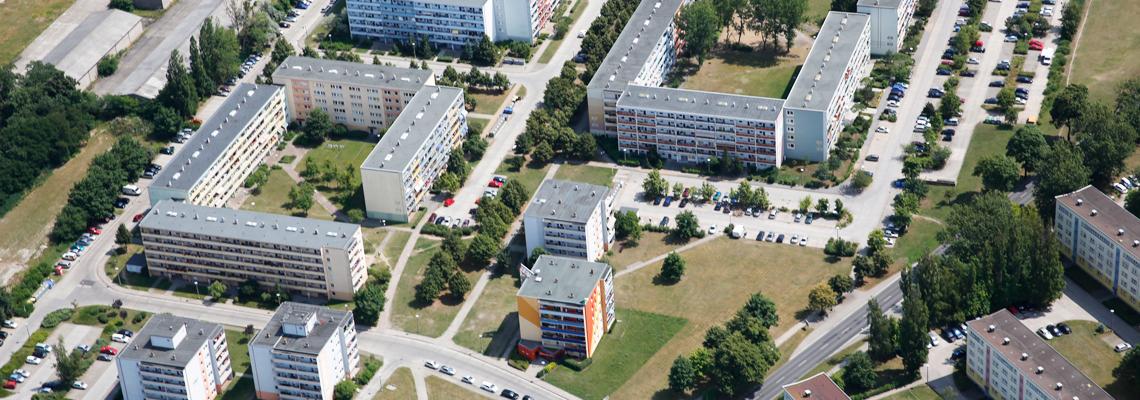 """Luftaufnahme vom Wohngebiet """"Otto-Grotewohl-Ring"""" der WBG """"Aufbau Strausberg"""