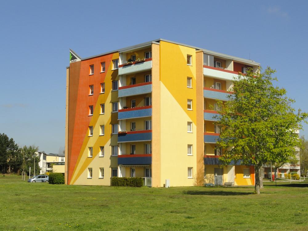 """Bunt gestaltete Fassade der Wohnanlage Otto-Grotewohl-Ring der WBG """"Aufbau"""" Strausberg"""